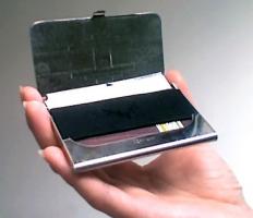 sticker et tui deux astuces pour prot ger sa carte bancaire. Black Bedroom Furniture Sets. Home Design Ideas